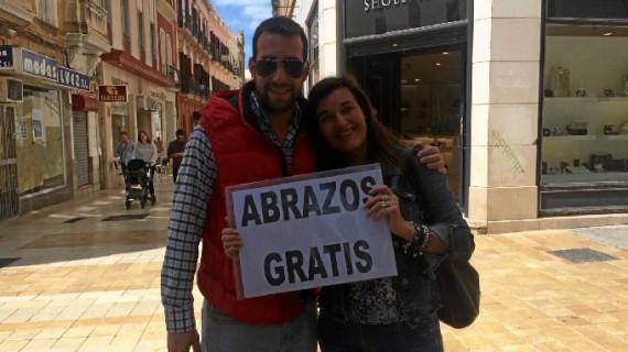 Un grupo de amigos reparte abrazos gratis en el centro de Huelva
