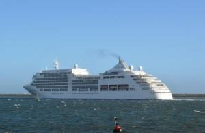 El Silver Sea en la bocana del puerto onubense, con destino a Gibraltar