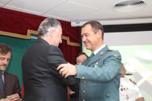 El subdelegado del Gobierno condecora al coronel jefe de la Comandancia.
