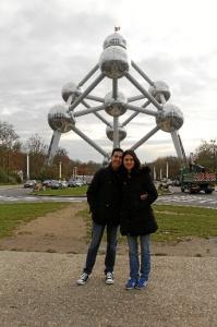María, junto a su pareja en un viaje a Bruselas.