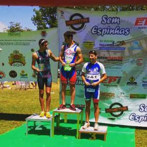 Manuel Jesús Reyes, en el podio de su categoría en el Triatlón Cross de Castro Marim.