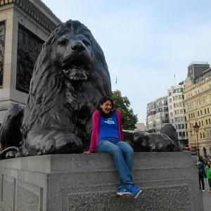María estudia y trabaja en Reino Unido.