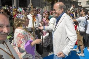 El alcalde de Huelva saluda a la Hermana Mayor de Emigrantes.