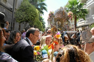 Momento de la ofrenda floral al Simpecado de Emigrantes en la Diputación de Huelva.