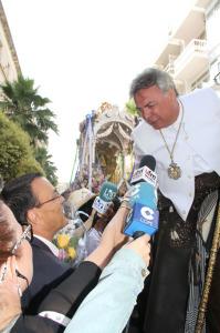 Caraballo saluda el hermano mayor de la Hermandad de Huelva.