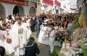 Los niños que han recibido la Primera Comunión han protagonizado la procesión.