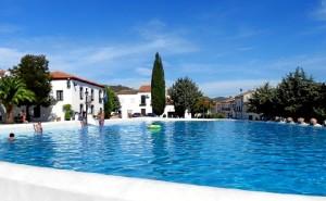 Cientos de niños y turistas disfrutan de la piscina de Cañaveral de León.