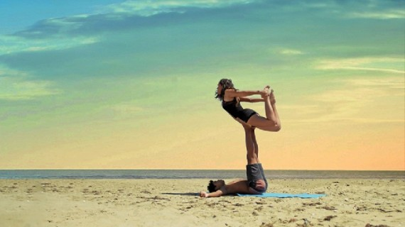 El AcroYoga, una nueva vertiente de la práctica milenaria del yoga, ha llegado a Huelva para quedarse