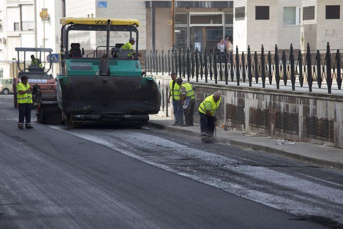 Asfaltado de la calle Cumbres Mayores de la capital onubense.