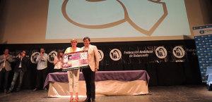 El alcalde, Gabriel Cruz, junto a Rosa Espada, presidenta del CB Conquero.