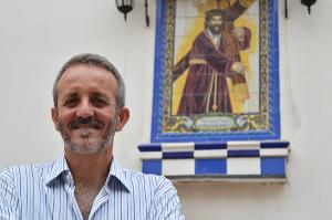 José Luís Borrero ante el azulejo del Nazareno