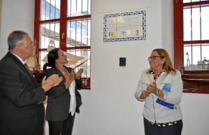 El Subdelegado del Gobierno, la Delegada de Pesca y la alcaldesa descubren la placa.