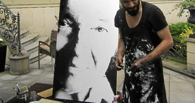 El lepero Emilio Fornieles pinta en directo un retrato de Karel Gott, el Sinatra europeo