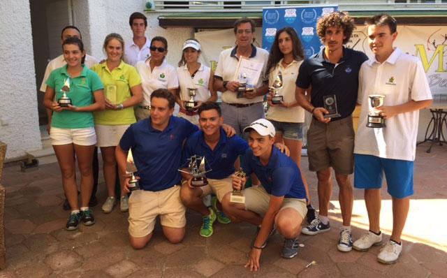 Los ganadores de los diversos trofeos en el XXXIV Campeonato de Huelva de Golf.