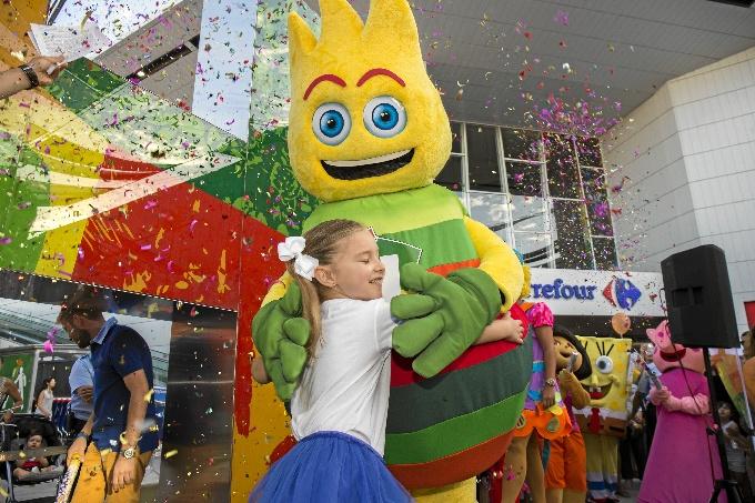 La mascota 'Superhache' junto a Gema Banda (Huelva, 5 años), ganadora del concurso de dibujo infantil que la creó.