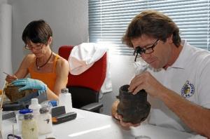 Noelia Melara y Enrique Balbontín son los restauradores que ultiman la limpieza de las piezas.