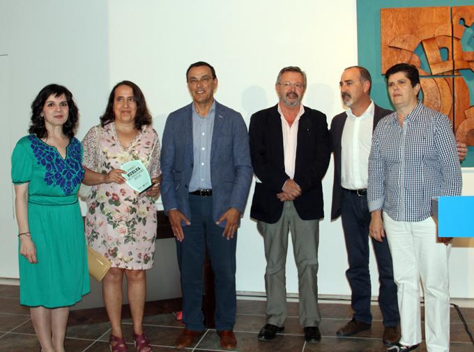 Miembros de la Asociación de la Prensa con los ganadores y el presidente de la Diputación.