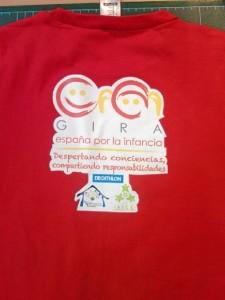 Todos los asistentes a la grabación del spot llevarán esta camiseta roja con el logo de la campaña.