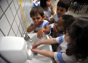 Es importante lavarse las manos para no contraer enfermedades.