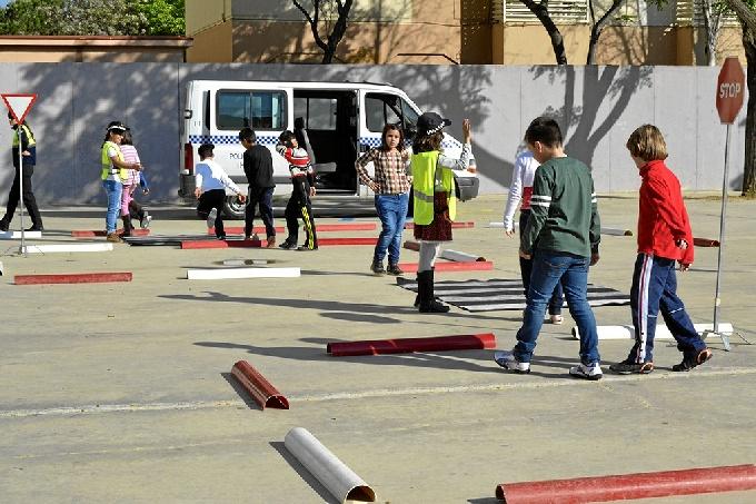 Los agentes municipales velarán por la seguridad en la entrada y salida de 27 centros.