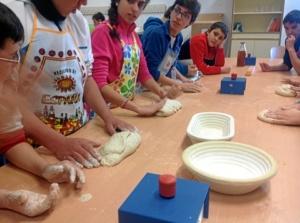 Los alumnos aprendieron a hacer pan durante tres unidades didácticas.