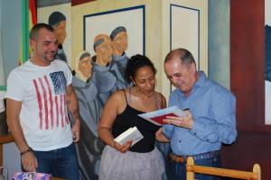 El autor recibiendo un regalo por parte de los miembros del Club de lectura.