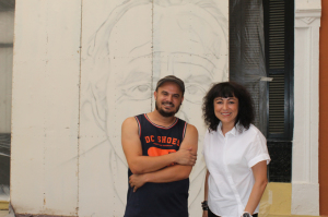El artista Man-o-Matic y la concejal Elena Tobar.