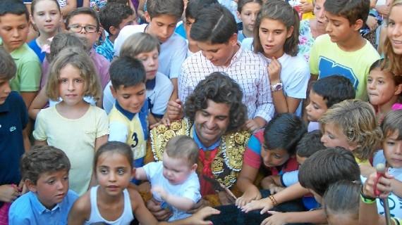 Los niños de Huelva y el matador Morante de la Puebla, juntos en la Plaza de las Monjas