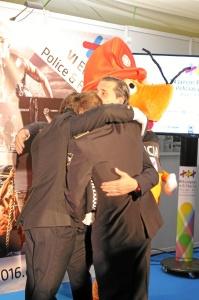 Los organizadores de los Juegos se fundieron en un emotivo abrazo.