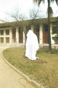 El monumento a Platero, antes de ser descubierto.