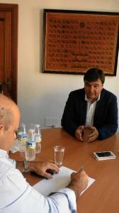 El socialista ha mostrado el respaldo del Ayuntamiento a la labor de la Asociación  'Huelva-Nueva-York'. / Foto: Leticia Camacho.