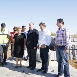 El subdelegado y la alcaldesa de Isla han visitado las obras de la pasarela.