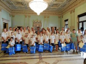 Los niños acogidos por Asnia Huelva este verano han sido recibidos por el alcalde de la capital.