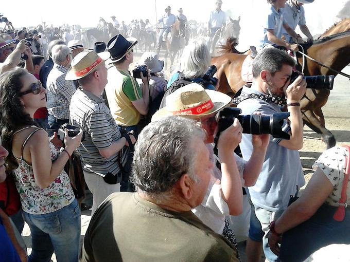 Los periodistas alemanes fotografían la 'Saca de las Yeguas'.