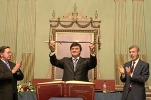 Momento de la investidura del socialista en el Ayuntamiento de Huelva.