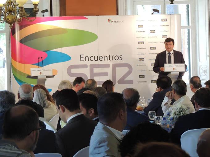 El alcalde de Huelva, Gabriel Cruz, en el desayuno organizado por Cadena Ser.