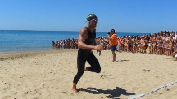 Rubén Gutiérrez, campeón Máster en la Travesía a nado de La Redondela