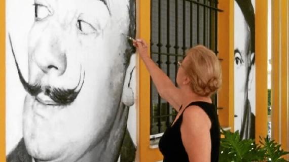 María Dolores Luque inaugura seis pinturas murales en la fachada de su vivienda en Punta Umbría