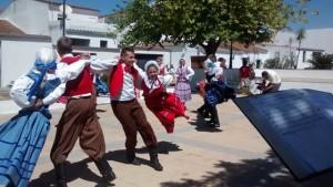 Actuación de un grupo de Polonia en la plaza de Villablanca.