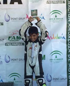 El jovencísimo Adrián Hernández, en el podio con un trofeo conquistado.