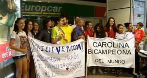 Carolina Marín, recibida en Madrid por sus familiares y muchos aficionados. / Foto: AsTV.