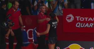 Para cerrar el partido, el abrazo con el cuerpo técnico encabezado por Fernando Rivas. / Captura TV.