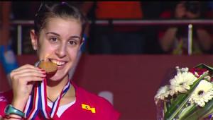 Carolina Marín, feliz con una nueva medalla de oro mundialista. / Foto: Captura TV.