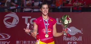 Carolina Marín, muy feliz en el podio con su medalla. / Foto: Captura TV.