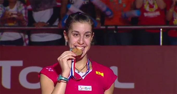 Carolina muerde la que fue segunda medalla de oro mundialista, su gran éxito en 2015.