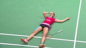 Carolina llora sobre la pista del Istora tras ganar su segundo mundial. / Foto: Captura TV.