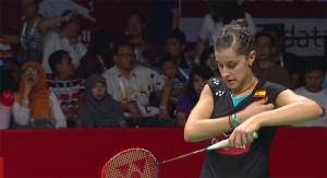 Carolina Marín trata de concentrarse antes del inicio de uno de los puntos. / Foto: Captura TV.
