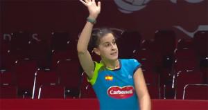 Carolina Marín levanta el brazo victoriosa: ya está en semifinales del Mundial. / Foto: Captura TV.
