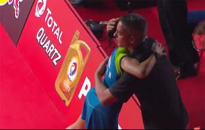 Carolina y su entrenador, Fernando Rivas, se abrazan satisfechos por el trabajo bien hecho. / Foto: Captura TV.
