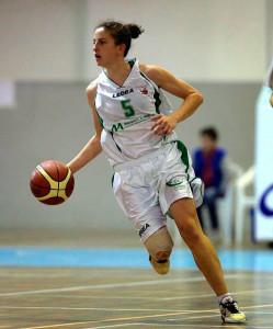Catarina Neves, talento para la dirección de juego del CB Conquero. / Foto: www.cbconquero.es.